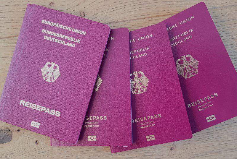 Afrikanische Beamte und deutsche Paketdienste