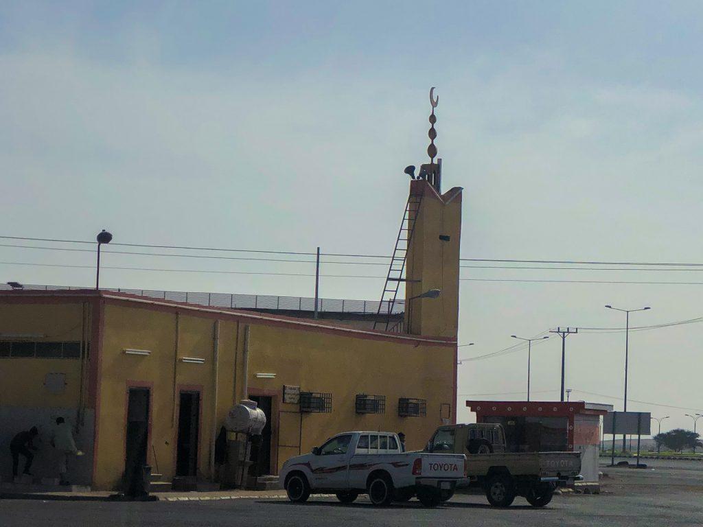Mini-Moschee an der Landstraße mit 2 Toyota Pick-Up